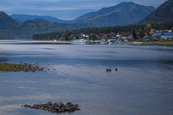 2. Рыбаки на вытеке из Телецкого озера