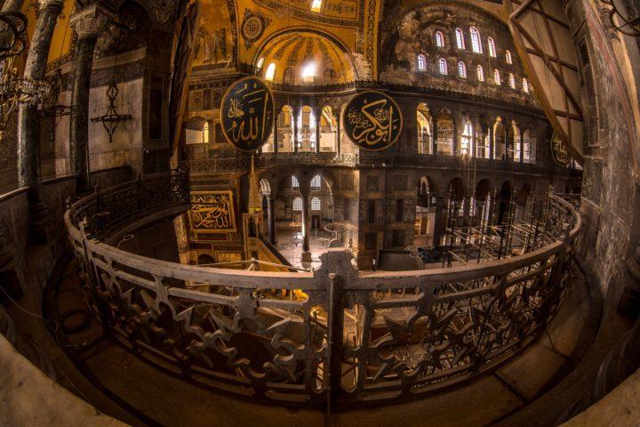 2. Внутри храма