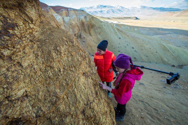 Поиск древних окаменелостей в долине Кызыл-Чина