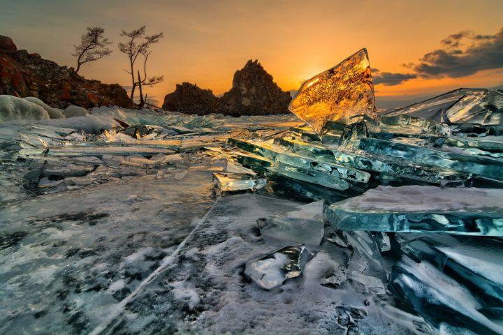 Прозрачный лед Байкала у скалы Шаманка